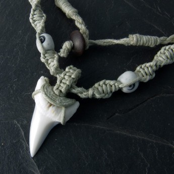Makramee Necklace with Shark Tooth in black or nature color – picture 1