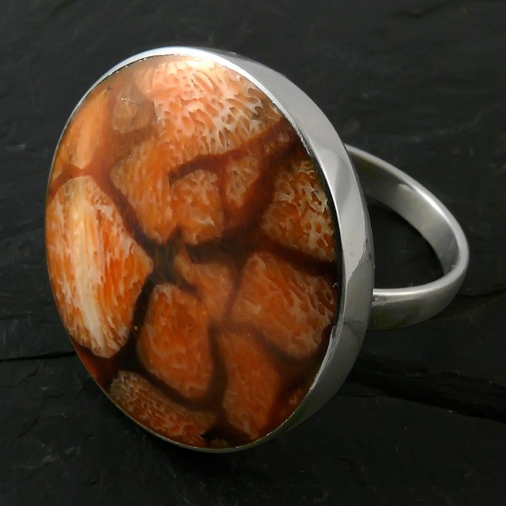 runder edelstahl ring mit wei er koralle als inlay ringe. Black Bedroom Furniture Sets. Home Design Ideas